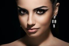 Μόδα. Πανέμορφη, χαριτωμένη γυναίκα με το προκλητικό makeup στοκ φωτογραφία με δικαίωμα ελεύθερης χρήσης
