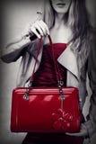 Μόδα που καλύπτονται της κόκκινης τσάντας δέρματος διπλωμάτων ευρεσιτεχνίας Στοκ Φωτογραφίες