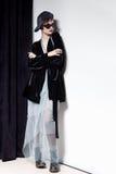 Μόδα που πυροβολείται ενός όμορφου νέου κοριτσιού με μια αναιδή κοντή τρίχα σε ένα ύφος hipster σε ένα μαύρο σακάκι βελούδου σε K Στοκ Φωτογραφία