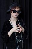 Μόδα που πυροβολείται ενός όμορφου νέου κοριτσιού με μια αναιδή κοντή τρίχα σε ένα ύφος hipster σε ένα μαύρο σακάκι βελούδου σε K Στοκ φωτογραφία με δικαίωμα ελεύθερης χρήσης