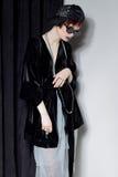 Μόδα που πυροβολείται ενός όμορφου νέου κοριτσιού με μια αναιδή κοντή τρίχα σε ένα ύφος hipster σε ένα μαύρο σακάκι βελούδου σε K Στοκ Εικόνες