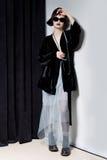 Μόδα που πυροβολείται ενός όμορφου νέου κοριτσιού με μια αναιδή κοντή τρίχα σε ένα ύφος hipster σε ένα μαύρο σακάκι βελούδου σε K Στοκ εικόνες με δικαίωμα ελεύθερης χρήσης