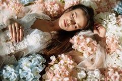Μόδα που πυροβολείται μιας όμορφης αισθησιακής γυναίκας με τη θαυμάσια ξανθή τρίχα Πορτρέτο ομορφιάς, σύνθεση, καλλυντικά στοκ φωτογραφία με δικαίωμα ελεύθερης χρήσης