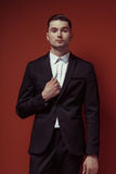 Μόδα που πυροβολείται του κομψού νέου όμορφου ατόμου στο κλασικό μαύρο κοστούμι, Στοκ φωτογραφία με δικαίωμα ελεύθερης χρήσης