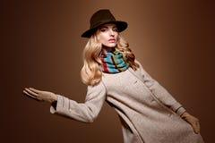 Μόδα πτώσης Γυναίκα στην εξάρτηση φθινοπώρου παλτό μοντέρνο Στοκ Εικόνες