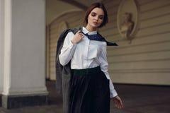 Μόδα πτώσης γυναικών Όμορφο πρότυπο στα ενδύματα μόδας στην οδό στοκ εικόνα