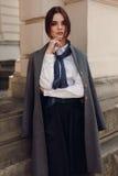 Μόδα πτώσης γυναικών Όμορφο πρότυπο στα ενδύματα μόδας στην οδό στοκ εικόνες