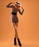 Μόδα πτώσης Φόρεμα φθινοπώρου γυναικών Μακριά πόδια αναδρομικός Στοκ εικόνα με δικαίωμα ελεύθερης χρήσης