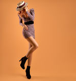 Μόδα πτώσης Φόρεμα φθινοπώρου γυναικών Μακριά πόδια αναδρομικός Στοκ εικόνες με δικαίωμα ελεύθερης χρήσης