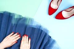 Μόδα Σύνολο μόδας εξαρτημάτων ενδυμάτων Θηλυκό χέρι και μοντέρνα gumshoes Στοκ εικόνες με δικαίωμα ελεύθερης χρήσης