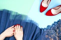 Μόδα Σύνολο μόδας εξαρτημάτων ενδυμάτων Θηλυκό χέρι και μοντέρνα gumshoes Στοκ Φωτογραφίες