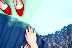 Μόδα Σύνολο μόδας εξαρτημάτων ενδυμάτων Θηλυκό χέρι και μοντέρνο Leathershoes Στοκ φωτογραφία με δικαίωμα ελεύθερης χρήσης