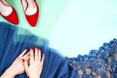 Μόδα Σύνολο μόδας εξαρτημάτων ενδυμάτων Θηλυκό χέρι και μοντέρνο Leathershoes Στοκ εικόνα με δικαίωμα ελεύθερης χρήσης