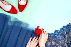 Μόδα Σύνολο μόδας εξαρτημάτων ενδυμάτων Θηλυκό χέρι και μοντέρνο Leathershoes Στοκ Φωτογραφία