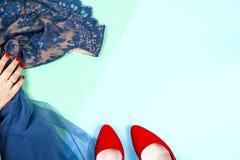 Μόδα Σύνολο μόδας εξαρτημάτων ενδυμάτων Θηλυκό χέρι και μοντέρνο Leathershoes Στοκ Εικόνες