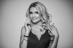 μόδα υψηλή εύμορφος ξανθός στην εσθήτα βραδιού μεταξιού θηλυκότητα Στοκ εικόνες με δικαίωμα ελεύθερης χρήσης