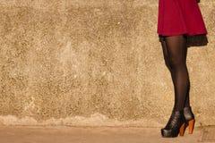 Μόδα φθινοπώρου Θηλυκά πόδια στα μοντέρνα παπούτσια υπαίθρια Στοκ φωτογραφία με δικαίωμα ελεύθερης χρήσης
