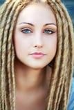 Μόδα hairstyle με τους φόβους Στοκ Φωτογραφία
