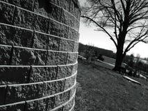 Μόλυβδοι τουβλότοιχος γύρω σε ένα δέντρο μια κορυφή ένας λόφος Στοκ φωτογραφίες με δικαίωμα ελεύθερης χρήσης
