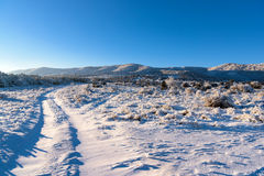 Μόλυβδοι χειμερινών δρόμων στο βουνό, τοπίο Στοκ εικόνα με δικαίωμα ελεύθερης χρήσης