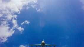 Μύγα αεροπλάνων από τον ηλιόλουστο μπλε ουρανό ημέρας Βίντεο βρόχων απόθεμα βίντεο