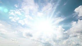 Μύγα αεροπλάνων από τον ηλιόλουστο μπλε ουρανό ημέρας Βίντεο βρόχων Άλφα κανάλι φιλμ μικρού μήκους