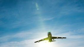 Μύγα αεροπλάνων από τον ηλιόλουστο μπλε ουρανό ημέρας φιλμ μικρού μήκους