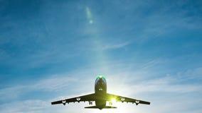 Μύγα αεροπλάνων από τον ηλιόλουστο μπλε ουρανό ημέρας απόθεμα βίντεο