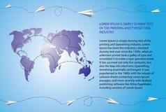 Μύγα αεροπλάνων εγγράφου πέρα από τον παγκόσμιο χάρτη Στοκ Εικόνα