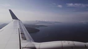 Μύγα αεροπλάνων επάνω από το τροπικό νησί, άποψη μέσω ενός παραθύρου αεροπλάνων απόθεμα βίντεο