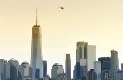 Μύγα ελικοπτέρων πέρα από τους ουρανοξύστες της οικονομικής περιοχής σε χαμηλό στοκ φωτογραφία με δικαίωμα ελεύθερης χρήσης