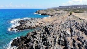 Μύγα επάνω πέρα από την μπλε θάλασσα, τη δύσκολους παραλία και τους λόφους, Κρήτη, Ελλάδα φιλμ μικρού μήκους