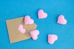 Μύγα καρδιών έξω από το φάκελο αγάπη επιστολών καρδιών φακέλων Υπόβαθρο για την πρόσκληση διακοπών ημέρας βαλεντίνων ` s Στοκ φωτογραφίες με δικαίωμα ελεύθερης χρήσης