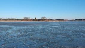 Μύγα κηφήνων επάνω από το ραγισμένο πάγο λιμνών άνοιξη, εναέρια άποψη απόθεμα βίντεο
