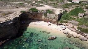 Μύγα κηφήνων πέρα από μια αμμώδη παραλία με την μπλε θάλασσα απόθεμα βίντεο