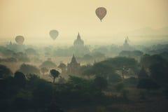Μύγα μπαλονιών άνω των χιλιάδων από τους ναούς στην ανατολή σε Bagan, το Μιανμάρ Στοκ φωτογραφία με δικαίωμα ελεύθερης χρήσης