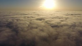 Μύγα πέρα από τα σύννεφα απόθεμα βίντεο