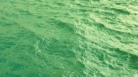 Μύγα πέρα από την πράσινη ωκεάνια επιφάνεια σε σε αργή κίνηση, loopable απεικόνιση αποθεμάτων