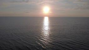 Μύγα πέρα από τη θάλασσα ενάντια στο ηλιοβασίλεμα φιλμ μικρού μήκους