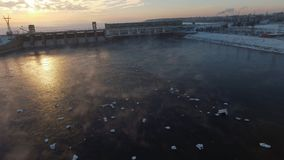 Μύγα πέρα από το πετώντας στα ύψη νερό πάγου, που πλησιάζει την οικοδόμηση του σταθμού παραγωγής ηλεκτρικού ρεύματος φιλμ μικρού μήκους