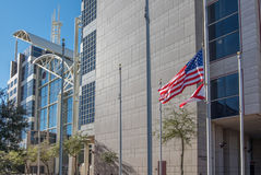 Μύγα σημαιών Αμερικανού και της Αλαμπάμα μπροστά από το κινητό δικαστήριο κομητειών Στοκ φωτογραφία με δικαίωμα ελεύθερης χρήσης