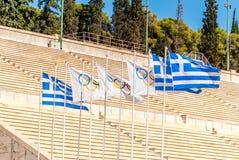 Μύγα σημαιών της ΑΘΗΝΑΣ 2 Σεπτεμβρίου 2016 ολυμπιακή και ελληνική με το στάδιο στοκ εικόνα
