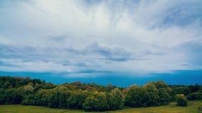 Μύγα σύννεφων Strorm στο θερινό ουρανό απόθεμα βίντεο
