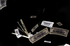 Μύγα τραπεζογραμματίων εκατό δολαρίων στο μαύρο υπόβαθρο Έννοια βροχής χρημάτων Στοκ Εικόνες