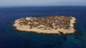 Μύγα Copter γύρω από το μικρό νησί με το παλαιό σπίτι που περιβάλλεται από το διάστημα θάλασσας Νησί με ένα σπίτι μοναξιά _ απόθεμα βίντεο