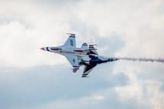 Μύγα F-16 Thunderbirds USAF κοντά Στοκ Φωτογραφίες