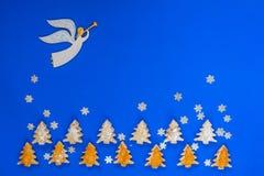 Μύγες αγγέλου μεταξύ snowflakes πέρα από τα μπισκότα Στοκ φωτογραφία με δικαίωμα ελεύθερης χρήσης