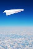 Μύγες αεροπλάνων εγγράφου παιχνιδιών πέρα από τα σύννεφα Στοκ εικόνες με δικαίωμα ελεύθερης χρήσης