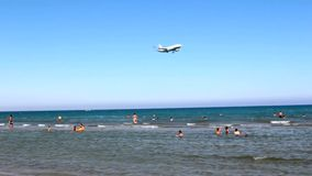 Μύγες αεροσκαφών πέρα από την παραλία απόθεμα βίντεο