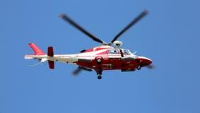 Μύγες ελικοπτέρων διάσωσης γρήγορα στο μπλε ουρανό Στοκ εικόνες με δικαίωμα ελεύθερης χρήσης
